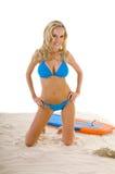 Mujer en bikiní azul en la playa Imagenes de archivo