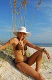 Mujer en bikiní en la playa Fotos de archivo