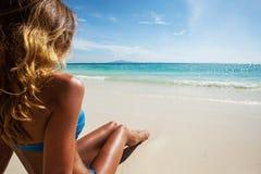 Mujer en bikiní en la playa Fotos de archivo libres de regalías