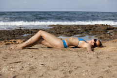 Mujer en bikiníes en la playa fotografía de archivo libre de regalías