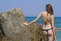 Mujer en bikini en la playa Fotos de archivo