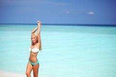 Mujer en bikini en la playa Foto de archivo