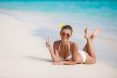 Mujer en bikini en la playa tropical Fotografía de archivo libre de regalías