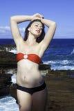 Mujer en bikini por el océano Foto de archivo libre de regalías
