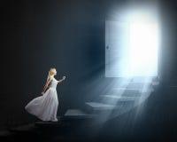 Mujer en blanco imagen de archivo