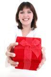 Mujer en blanco con el rectángulo de regalo rojo fotografía de archivo