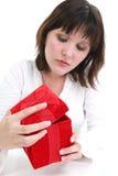 Mujer en blanco con el rectángulo de regalo rojo Imagenes de archivo