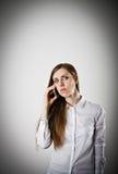 Mujer en blanco con el teléfono imágenes de archivo libres de regalías