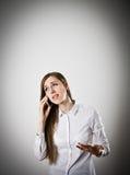 Mujer en blanco con el teléfono foto de archivo