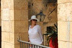 Mujer en blanco en el pueblo Espanol Palma de Mallorca Spain Fotos de archivo libres de regalías
