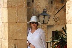 Mujer en blanco en el pueblo Espanol Palma de Mallorca Spain Fotografía de archivo