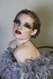 Mujer en boa de pluma Imagenes de archivo