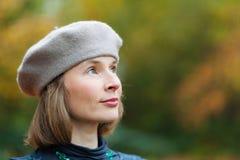 Mujer en boina gris foto de archivo libre de regalías