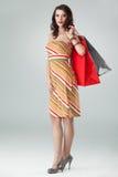 Mujer en bolsos de compras coloridos de la explotación agrícola del equipo Fotografía de archivo libre de regalías