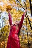 Mujer en bosque fotografía de archivo libre de regalías