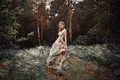 Mujer en bosque de hadas Foto de archivo libre de regalías