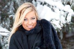 Mujer en bosque del invierno Foto de archivo libre de regalías
