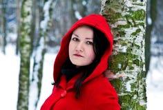Mujer en bosque del invierno Imágenes de archivo libres de regalías