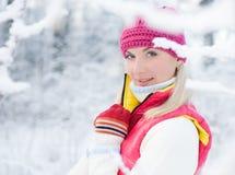 Mujer en bosque del invierno Fotos de archivo libres de regalías
