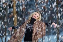 Mujer en bosque del invierno de la nieve Foto de archivo