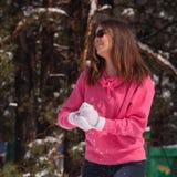 Mujer en bosque nevoso Imagen de archivo libre de regalías