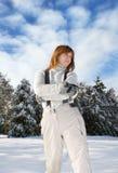 Mujer en bosque nevoso fotos de archivo