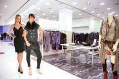 Mujer en boutique de la ropa Imagenes de archivo