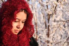 Mujer en bufanda principal brillante imagen de archivo