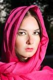 Mujer en bufanda roja Foto de archivo libre de regalías