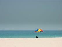 Mujer en burqa en la playa foto de archivo