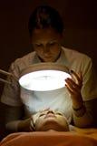 Mujer en cabina cosmética Imagen de archivo