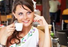 Mujer en café Imagen de archivo libre de regalías