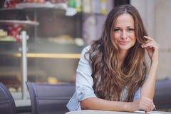 Mujer en café de la calle Imagen de archivo