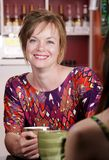 Mujer en café con el amigo femenino Fotografía de archivo