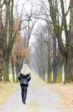 Mujer en callejón otoñal Fotografía de archivo libre de regalías