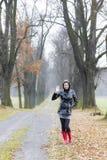 Mujer en callejón otoñal Fotografía de archivo