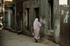 Mujer en calles de Varanasi Fotos de archivo