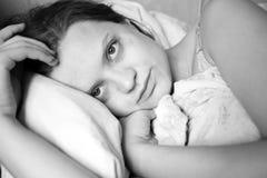 Mujer en cama Imágenes de archivo libres de regalías