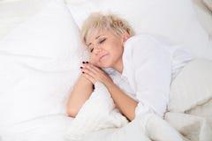 Mujer en cama Imagenes de archivo