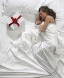 Mujer en cama fotografía de archivo