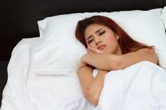 Mujer en cama con la tensión extrema Fotografía de archivo libre de regalías