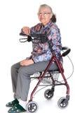 Mujer en caminante/sillón de ruedas imagenes de archivo