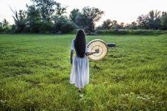 Mujer en caminar del campo fotografía de archivo