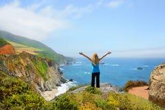 Mujer en caminar viaje que goza de las montañas hermosas del verano, paisaje costero, Foto de archivo