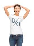 Mujer en camisa con la muestra del por ciento Fotos de archivo libres de regalías