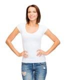Mujer en camiseta blanca en blanco Fotos de archivo