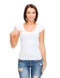 Mujer en camiseta blanca en blanco Fotos de archivo libres de regalías