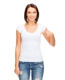 Mujer en camiseta blanca en blanco Imágenes de archivo libres de regalías