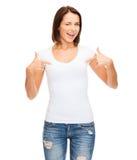 Mujer en camiseta blanca en blanco Foto de archivo libre de regalías