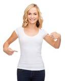Mujer en camiseta blanca en blanco Fotografía de archivo